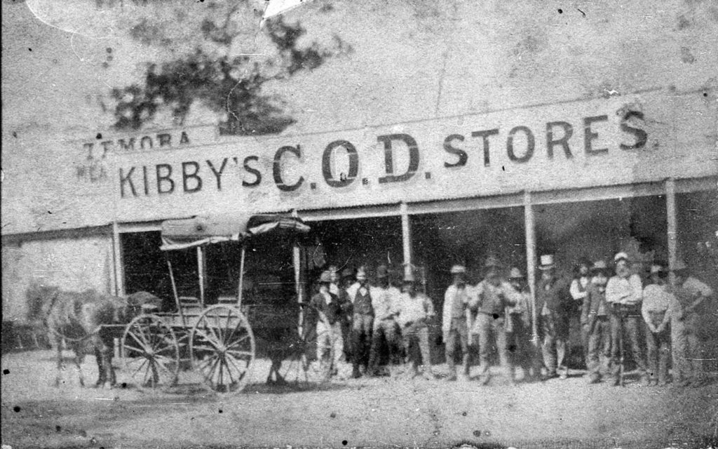 Old photo of Kibby´s store with miners in front from 1880